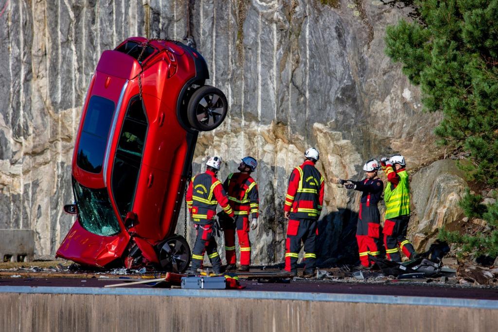 La seguridad de los Volvo: lo tiran desde 30 metros de altura